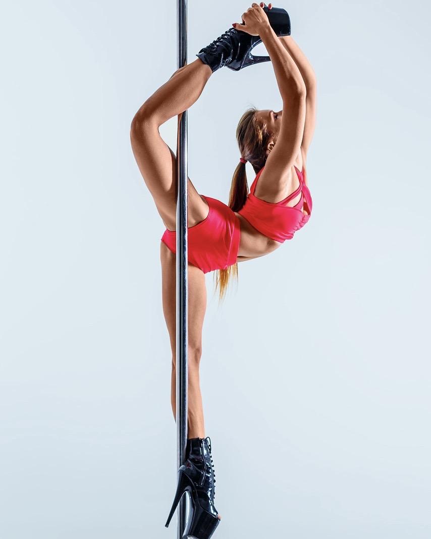 Обучение танцу Pole Dance в студии танца на пилоне Lettaya в Москве для взрослых.